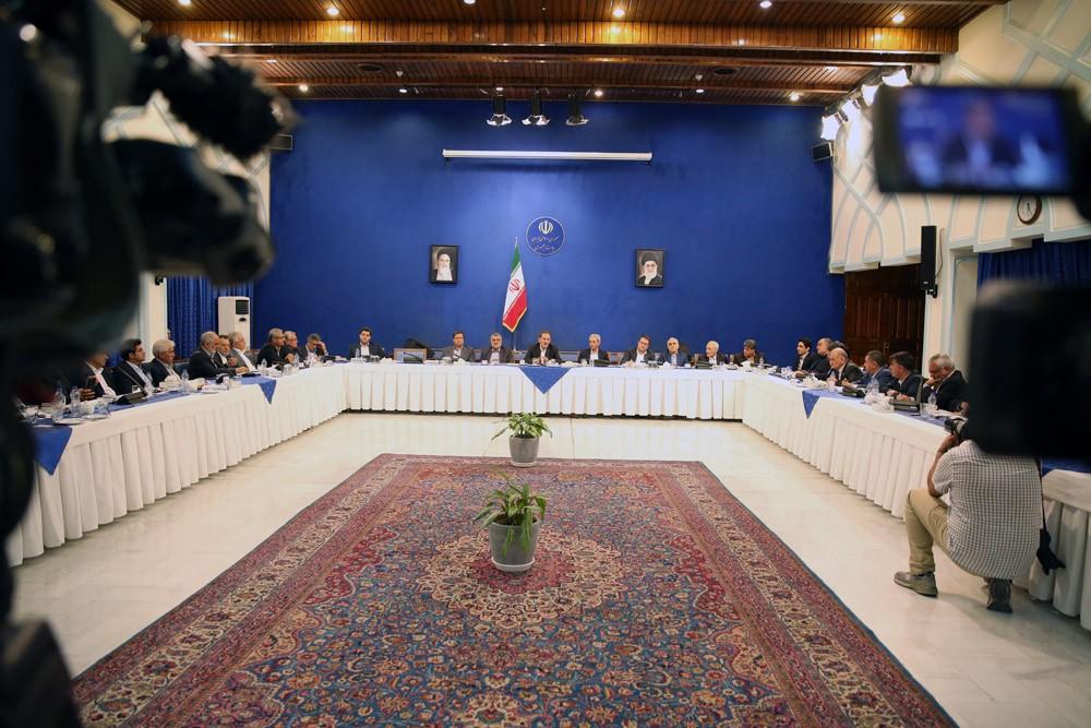 با حضور وزرای اقتصادی کابینه هیات رئیسه اتاق ایران و روسای اتاقهای سراسر کشور با معاون اول رئیسجمهور دیدار کردند